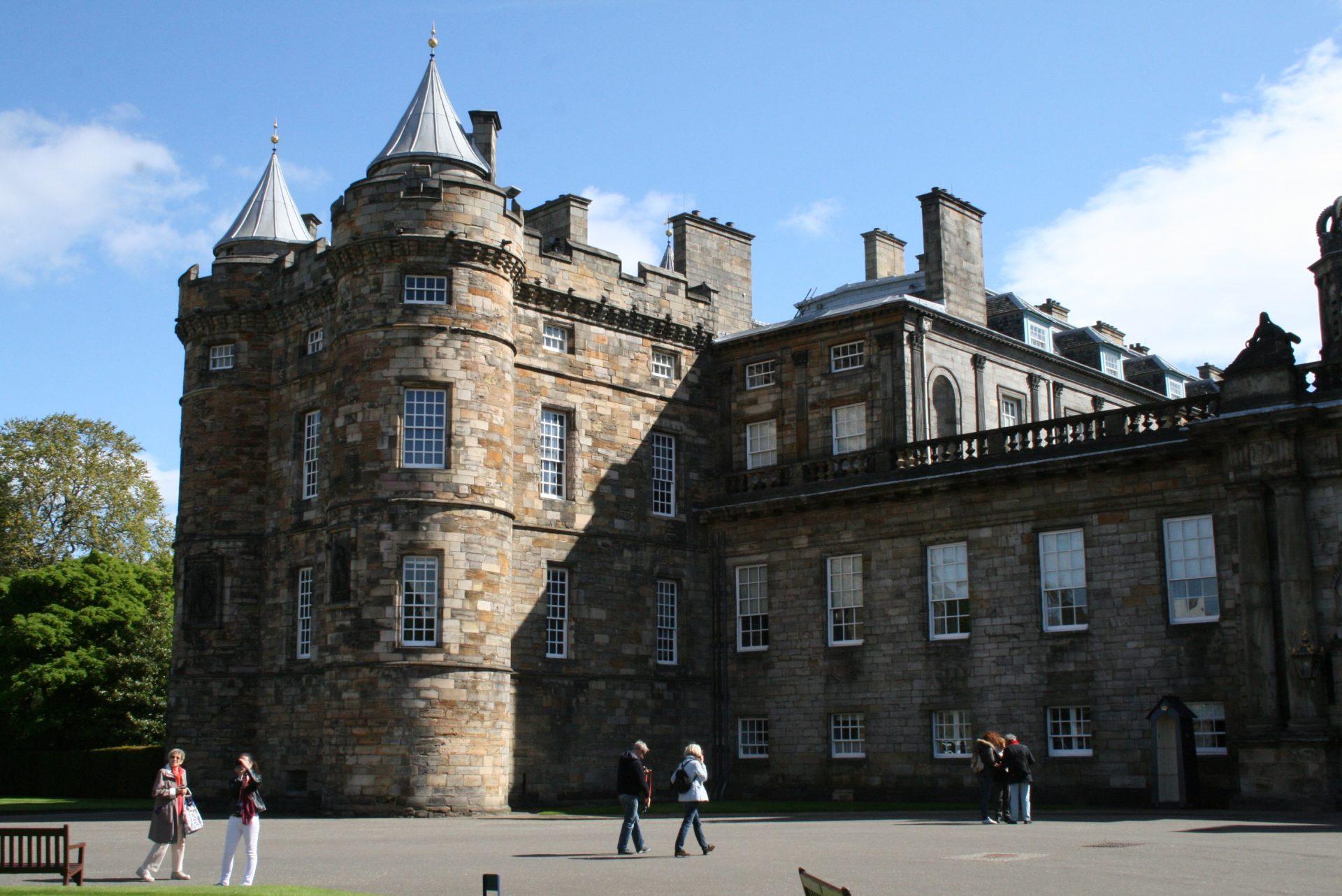 Holyrood Palace – hier wohnt die Queen, wenn sie in Schottland weilt